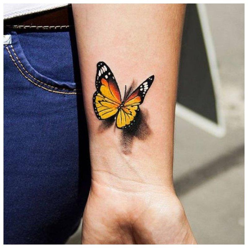 Drugelis - tatuiruotė ant mergaitės riešo