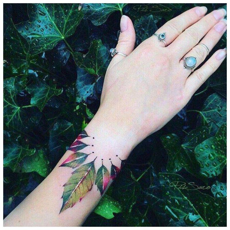 Didelė gėlių rankos tatuiruotė