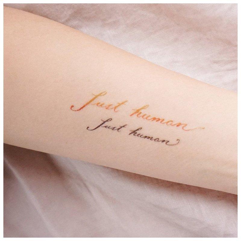 Tvarkingas užrašas ant tatuiruotės ant rankos