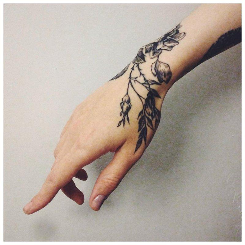 Gėlės ant rankos - tatuiruotė