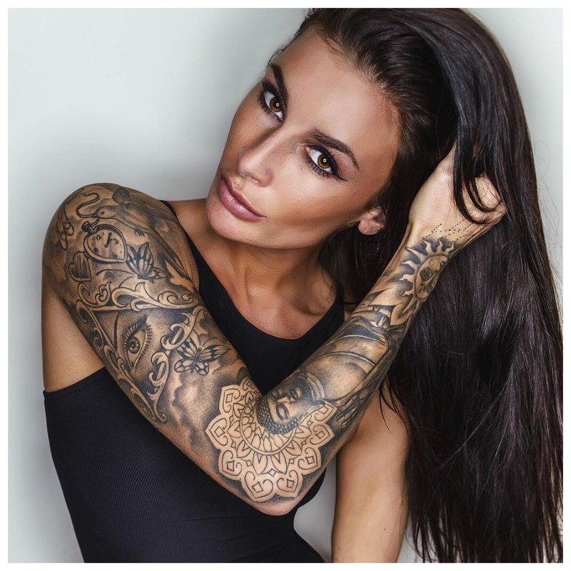 Mergaitės rankos tatuiruotė