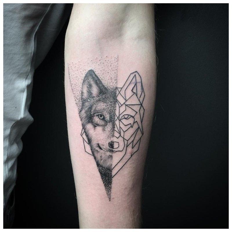 Wolf tattoo in gemengde stijl voor de hand van een man