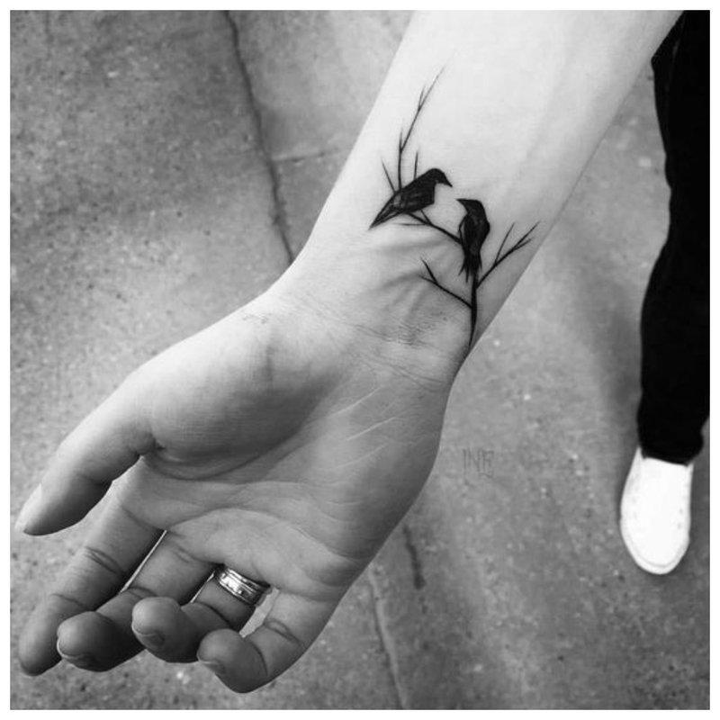 Paukščiai ant medžio - riešo tatuiruotė