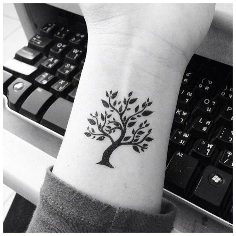 Medžio tatuiruotė ant riešo