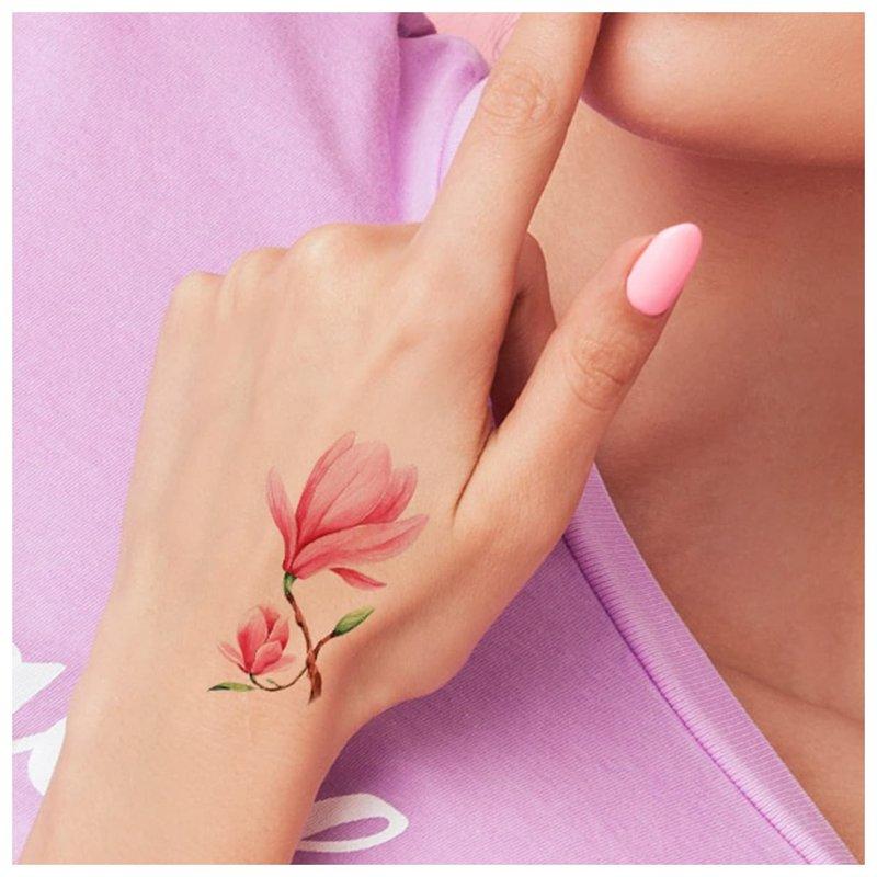Subtilus gėlių tatuiruotė ant delno