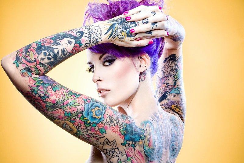 Fille aux tatouages de couleur