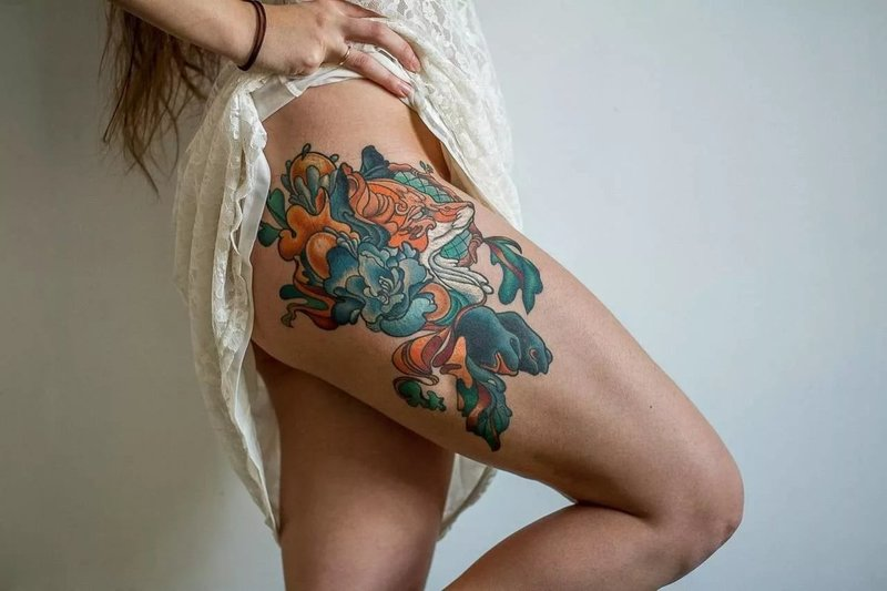 Spalvinga tatuiruotė ant merginos klubo