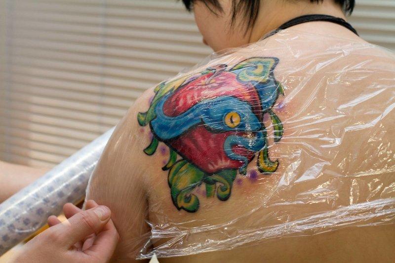 Een film tekenen op een nieuwe tatoeage