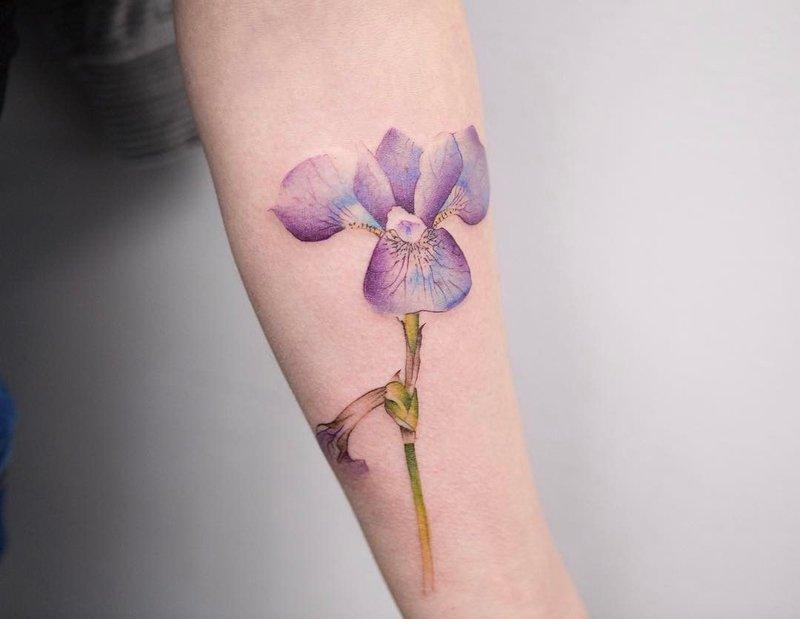 Akvarelės gėlių tatuiruotė ant dilbio