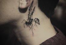 Tatouage magnifique et original sur le cou