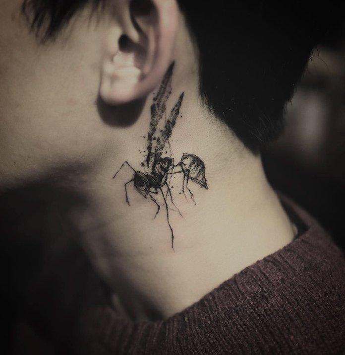 Graži ir originali tatuiruotė ant kaklo