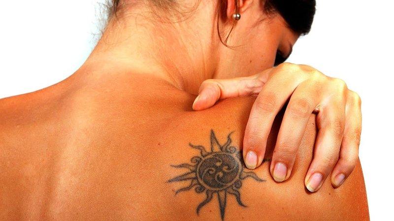 Meisje met een tatoeage na het bruinen