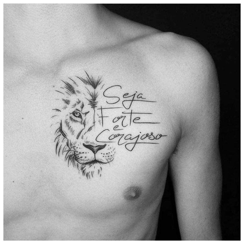 Tattoo inscriptie op de borst van een man
