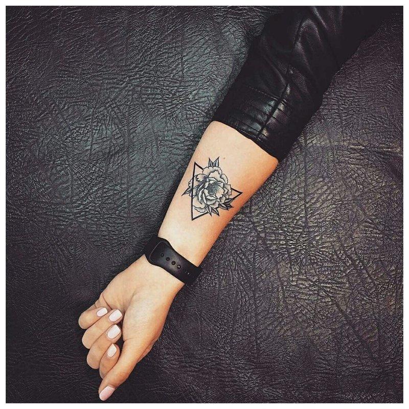 Trikampio gėlių tatuiruotė