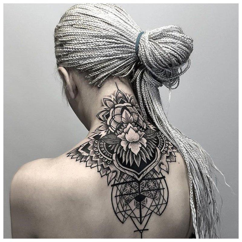 Didelė tatuiruotė ant mergaitės kaklo