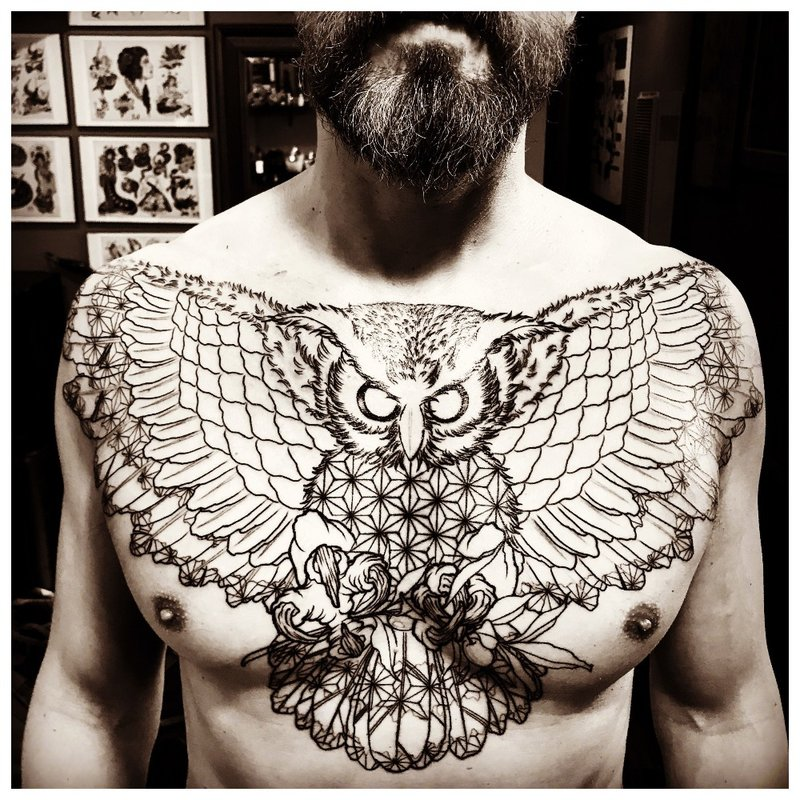Grote tatoeage op de borst van een man