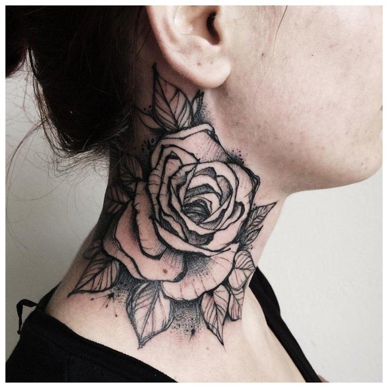 Tatuiruotė mergaitei su rože per visą kaklą