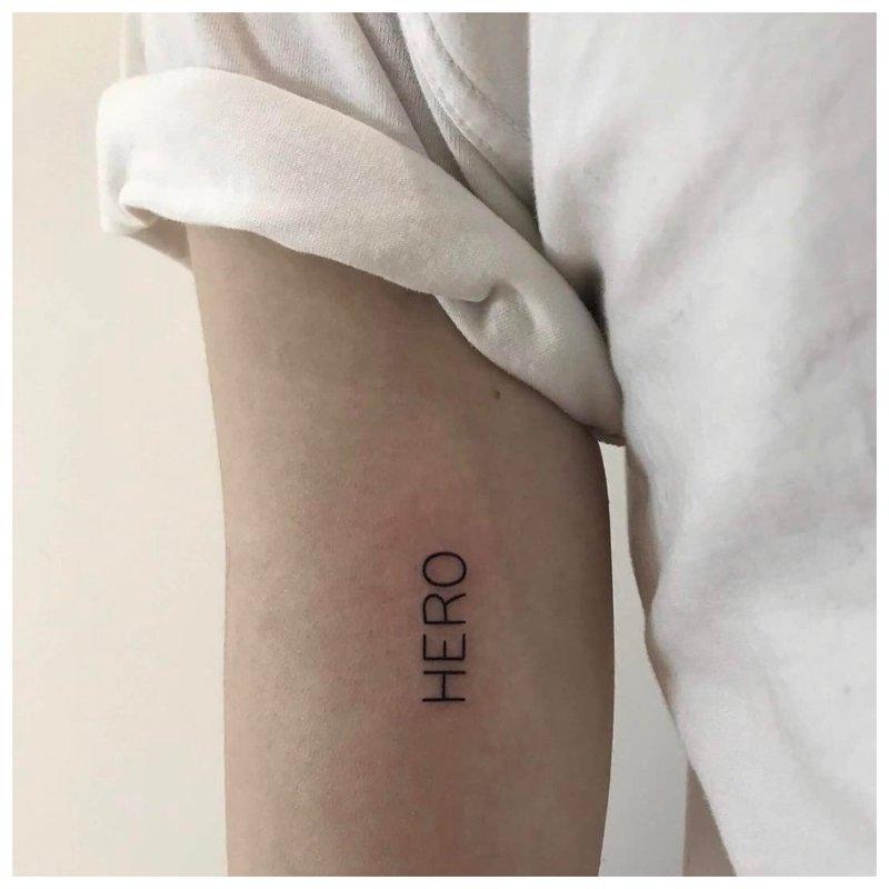 Mini tatuiruotės užrašas Hero
