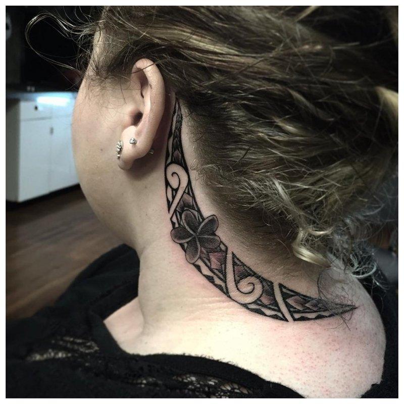Tatuiruotė ant mergaitės kaklo