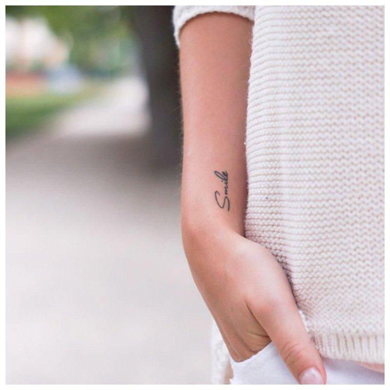 Mini tatuiruotės užrašas Šypsena
