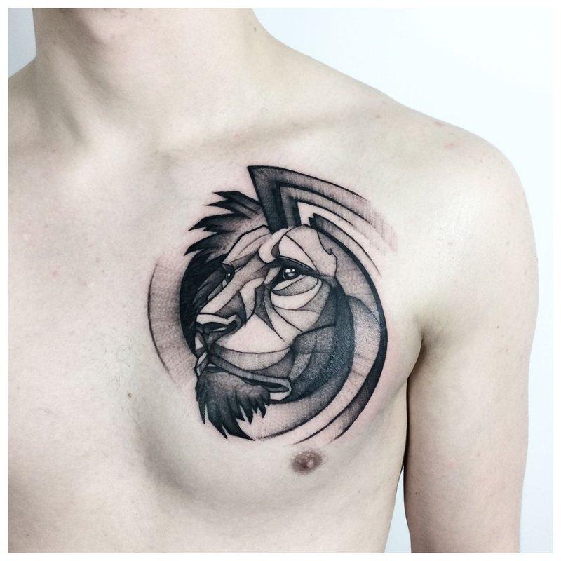 Wijze leeuw - tatoeage op de borst van een man