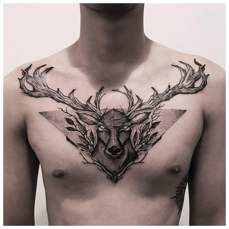Dierlijke tatoeage op de borst van een man