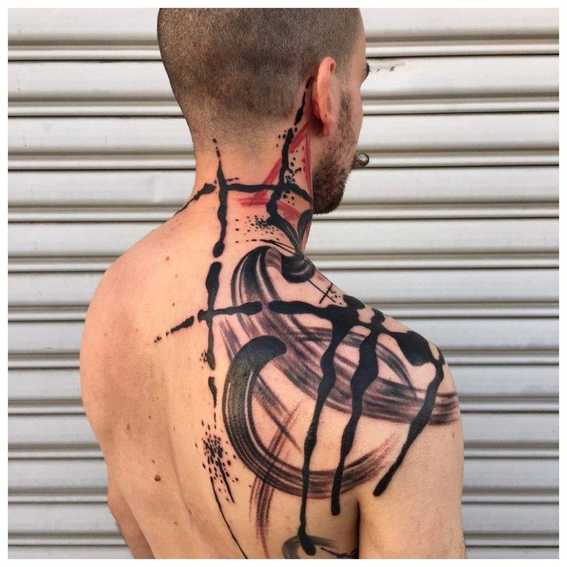 Ryški tatuiruotė ant vyro nugaros ir kaklo