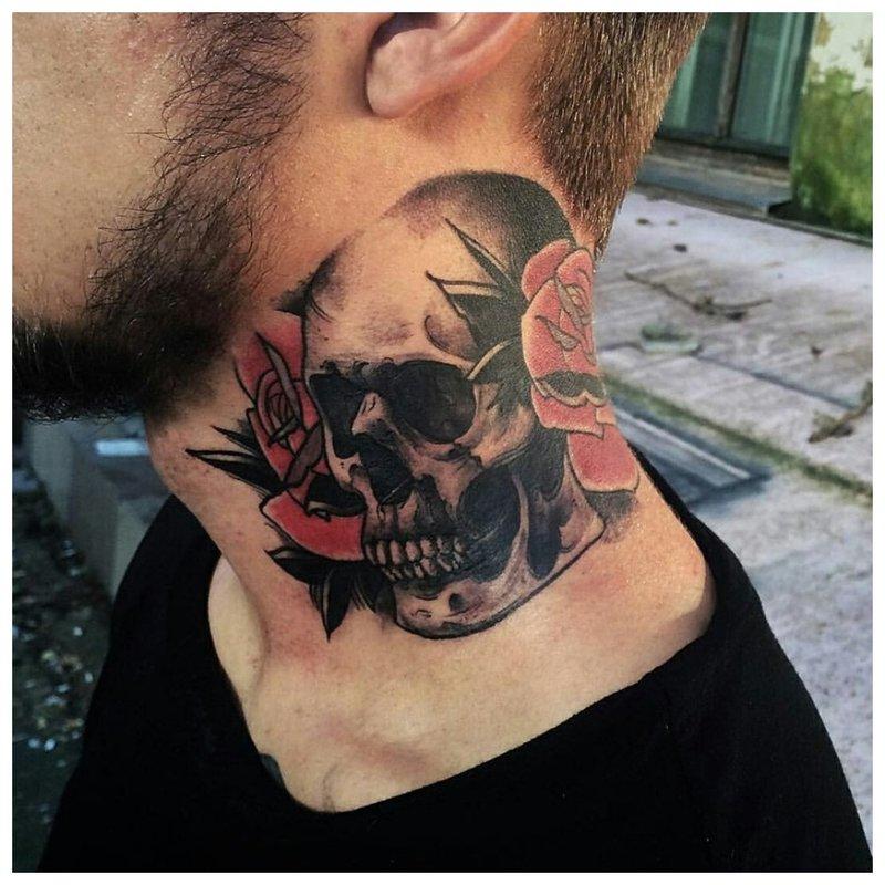 Senoji mokykla - kaukolės tatuiruotė ant vyro kaklo