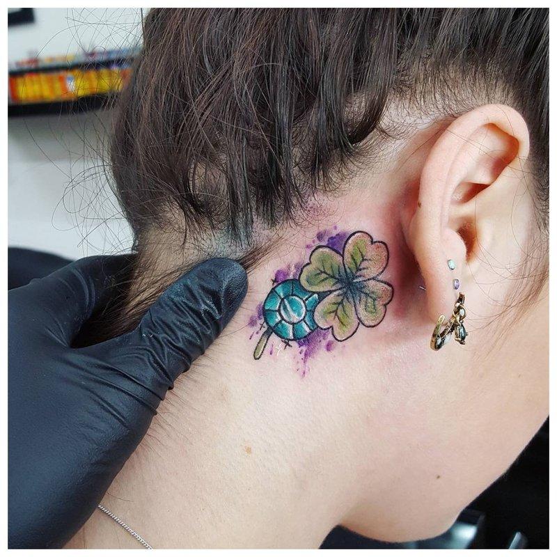 Graži ryški tatuiruotė ant mergaitės kaklo