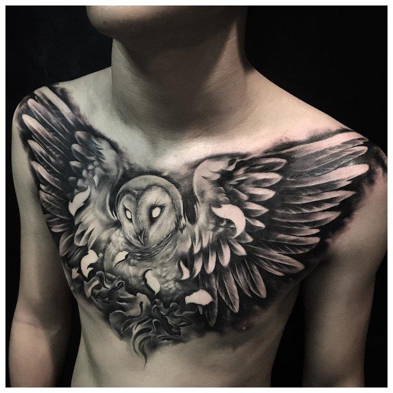 Spanwijdte van een vogel - tatoeage op de borst van een man