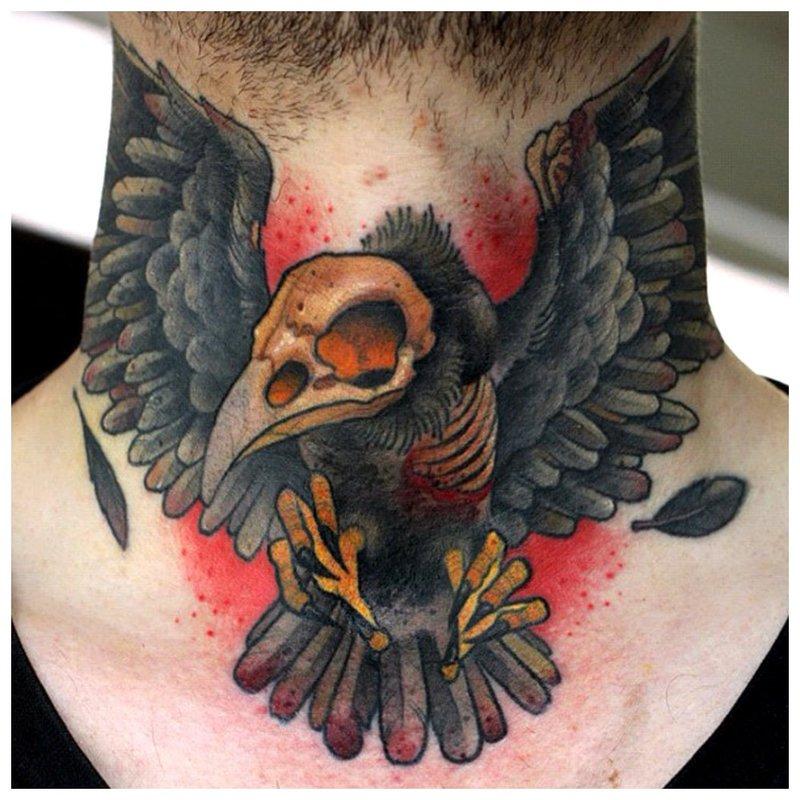 Vanagas - tatuiruotė ant vyro kaklo