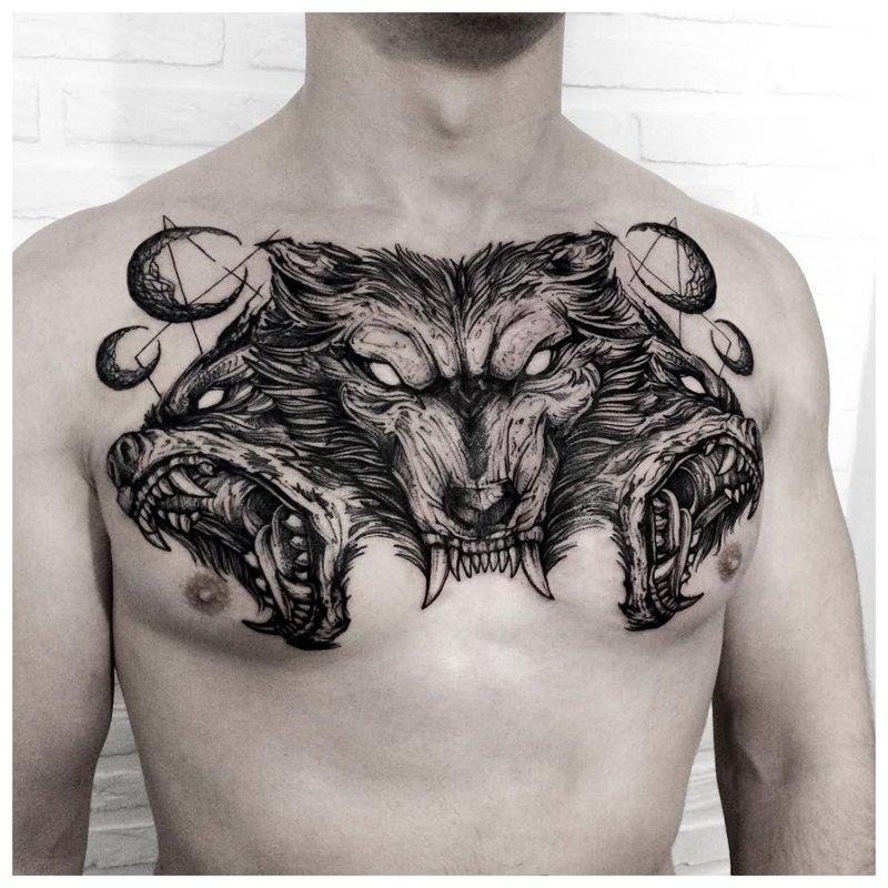 Dierlijke thema tattoo man op de borst