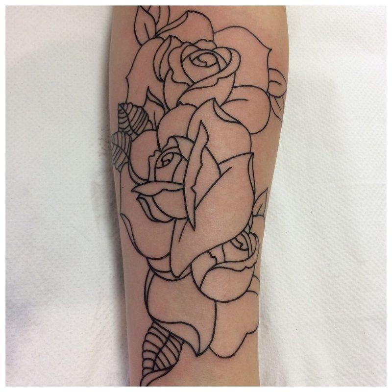 Rožės kontūro tatuiruotė