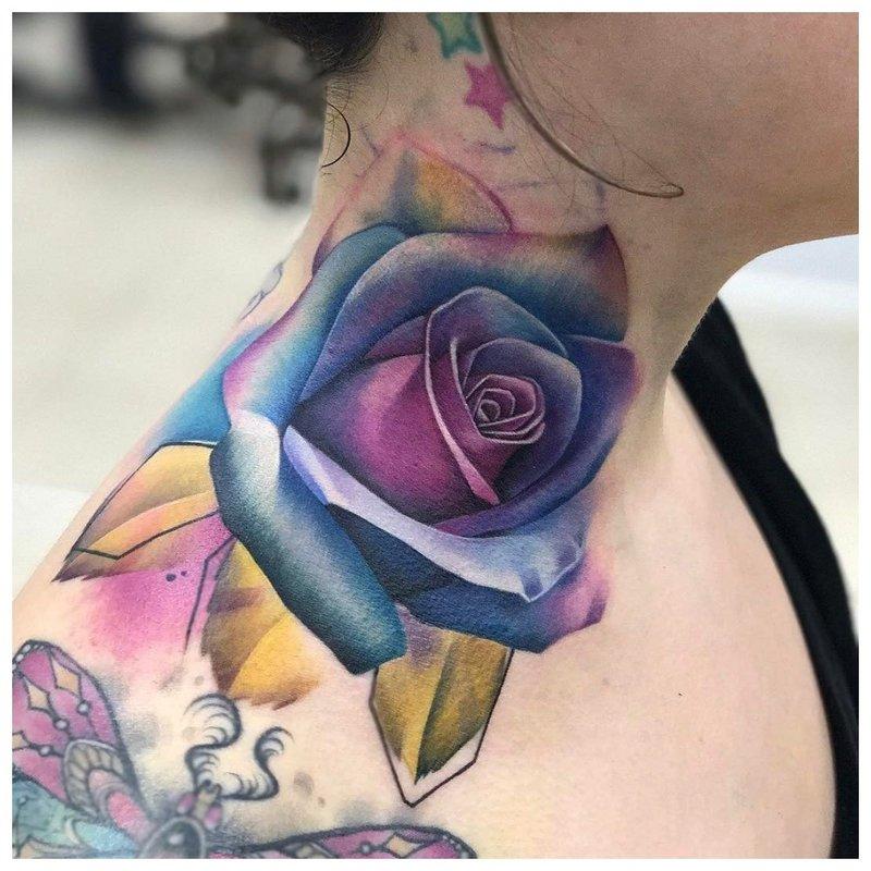Ryški gėlė - tatuiruotė ant mergaitės kaklo