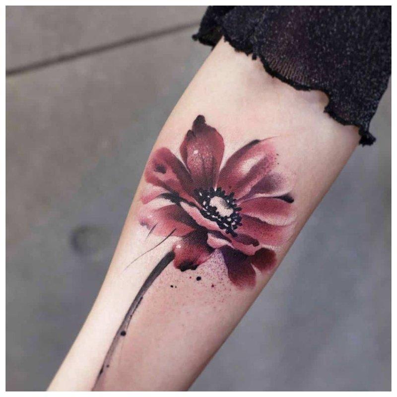 Akvarelės tatuiruotė gėlės pavidalu ant rankos