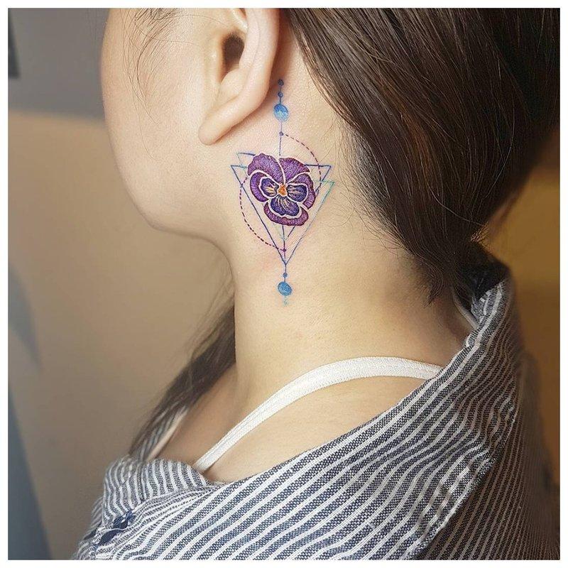 Subtili gėlių tatuiruotė ant kaklo pusės