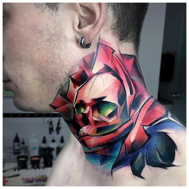 Spalvota kaukolė - neįprasta tatuiruotė ant vyro kaklo
