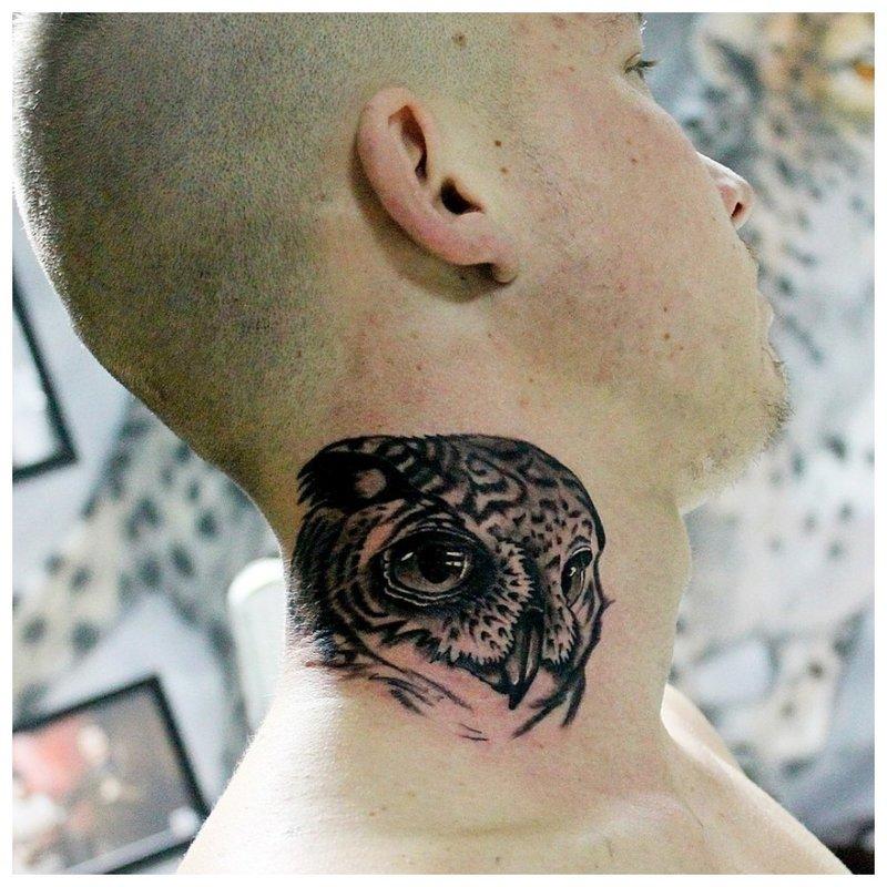 Pelėdos tatuiruotė ant vyro kaklo