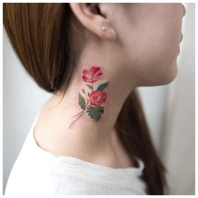 Ryški gėlė ant mergaitės kaklo - tatuiruotė