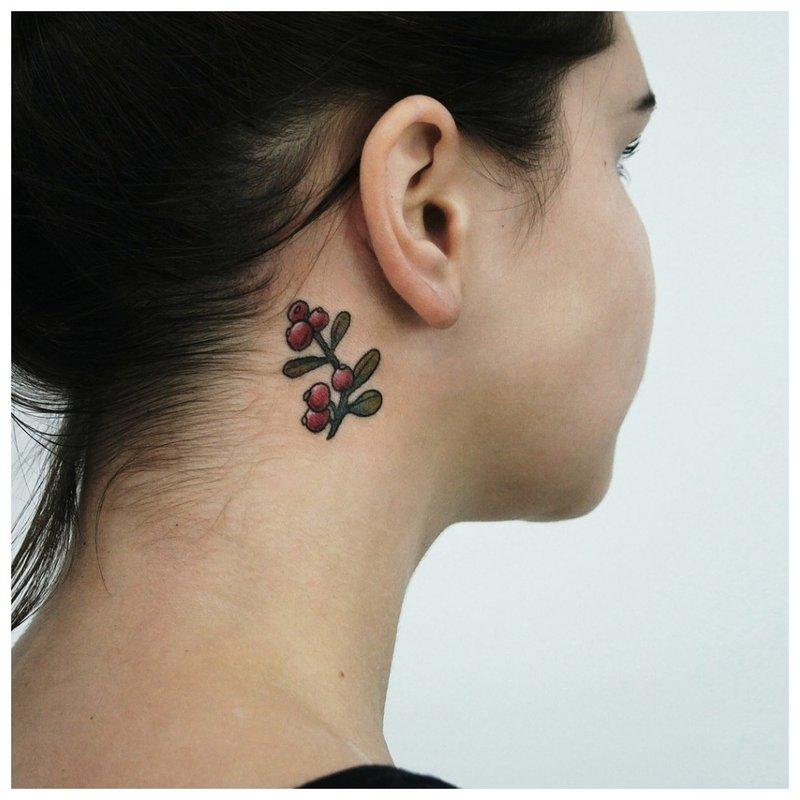 Ant mergaitės kaklo maža gėlė