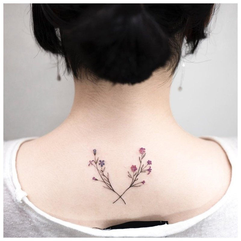 Subtilios gėlės - tatuiruotė ant merginos kaklo ant nugaros