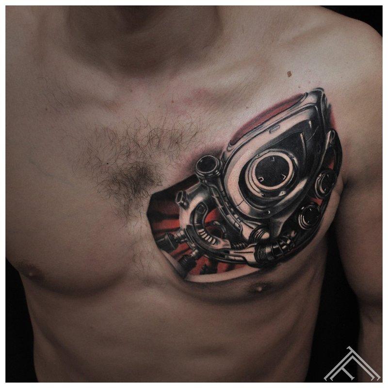Tatoeage op de borst - cyberpunk-stijl