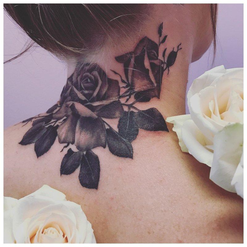 Didelė rožių tatuiruotė ant kaklo