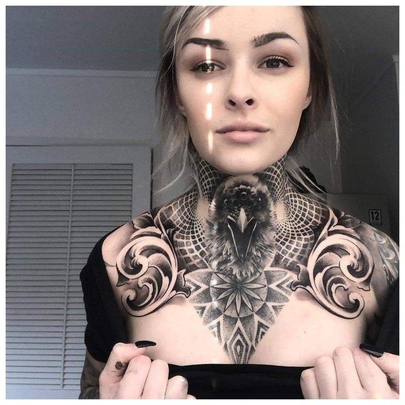 Tatuiruotė ant kaklo priešais moterį