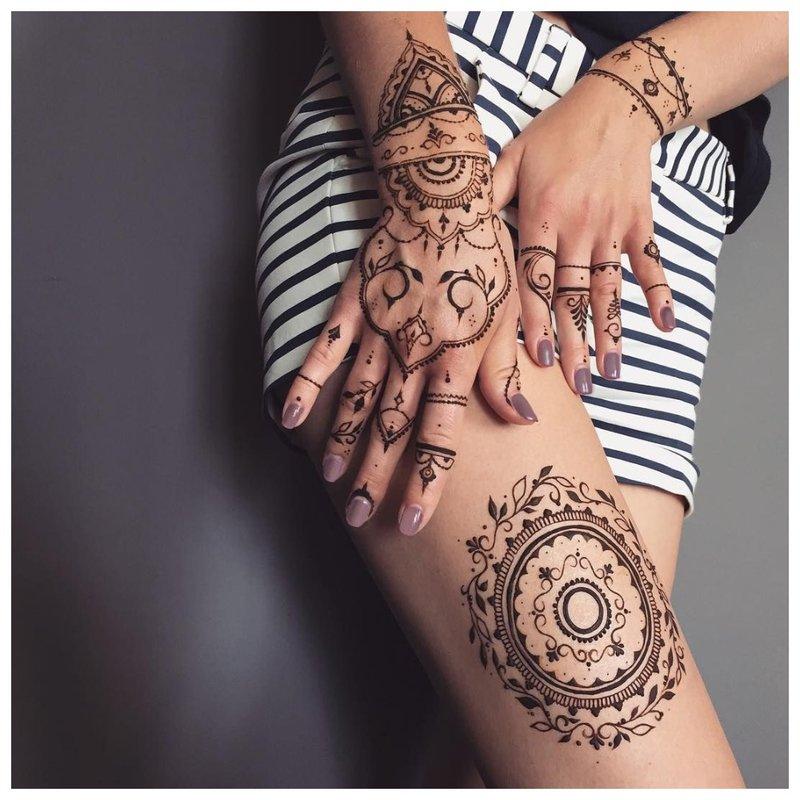 Mehendi tatuiruotė ant rankų ir klubo