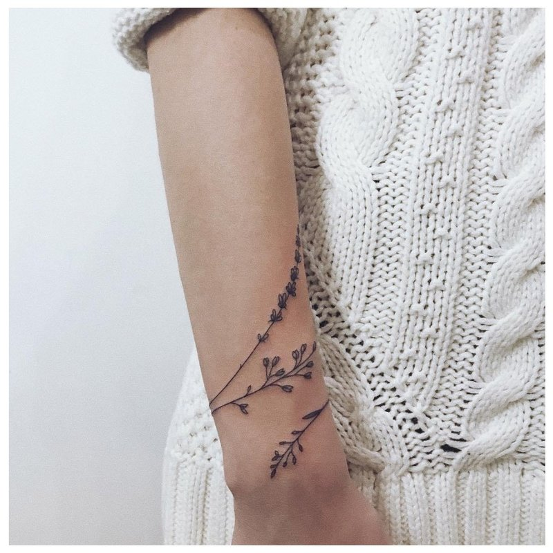 Apskrito gėlių tatuiruotė