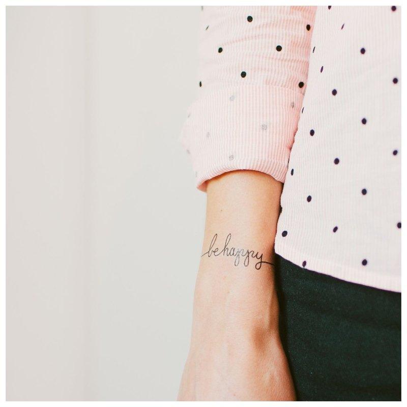 Mini tatuiruotės užrašas Būk laimingas