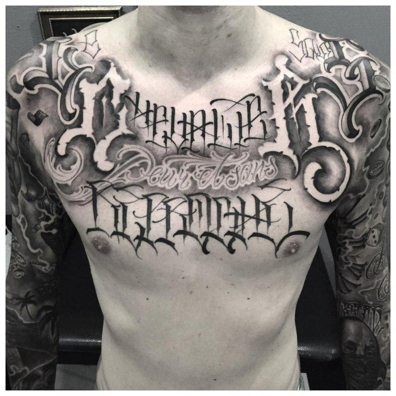 Originele tattoo-inscriptie op de borst