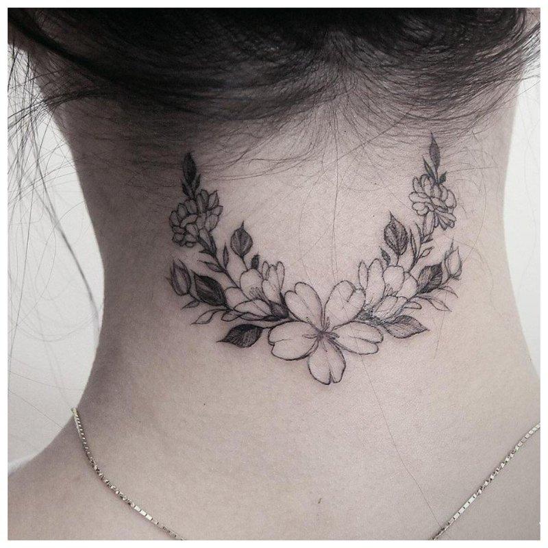 Gėlių tatuiruotė ant kaklo merginos gale