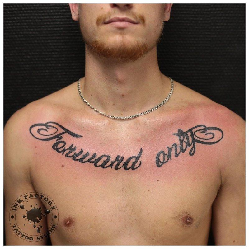 Kleine tattoo inscriptie op de borst van een man